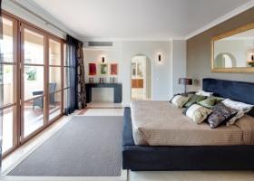 Modernes Schlafzimmer der Designervilla zum Kauf in Marbella