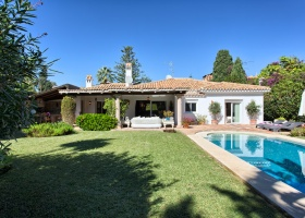 Beachside villa for sale at El Paraiso Barronal Marbella